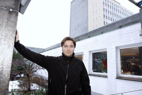 Lars Henrik Føleide er fornærmet i en straffesak hvor en medstudent er tiltalt. Nå blir han hengt ut i NHHs egen studentavis etter at han fremsatte millionerstatning i retten.
