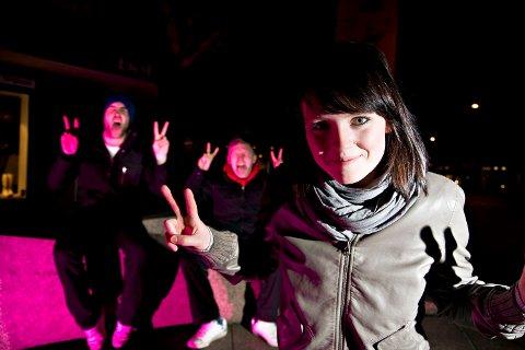 Silje Tombre (vokal), Sigurd Haakaas (trommer) og Yngve Andersen (alle andre instrumenter) i Blood Command jubler etter å ha blitt kåret til månedsvinnere i «Oppdrag DEMO» i februar.