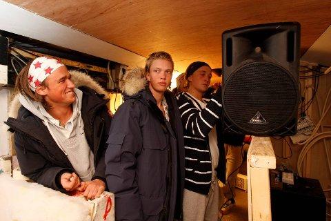 JOBBER PÅ BUSS: ? Vi jobber hardt på bussen, altså, bedyrer russeguttene. Da BA var på besøk for å se hvordan de arbeidet var malerkostene glemt igjen hjemme og fokuset var på høyttalerne. Her er Christopher D. Bell, Martin Ruud og Nicolai Zurhaar Birkeland.