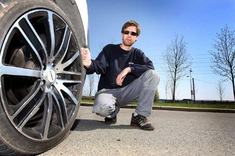 SKUFFET: Andreas Haugsmoen liker dårlig at felgene ikke tålte en helt vanlig bilsjampo. Nå vil han ha alle pengene tilbake. BEGGE FOTO: KAY STENSHJEMMET