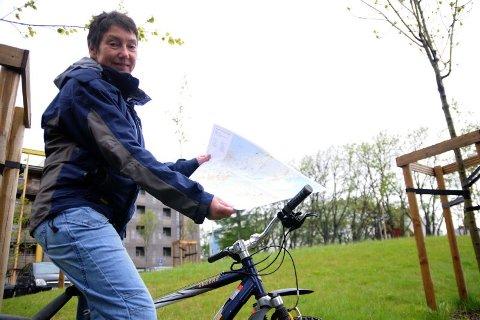 Tråkker i gang. B&OI orientering, her ved Lisbeth Lunde, kan tilby egne sykkelkart til bruk under årets turorienteringssesong. Foto: Jan Eskil Severinsen