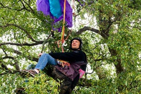 Tilsynelatende hadde Lars Roger Solem krasjlandet  med paraglideren i dette treet, men alt var arrangert av kameratene og det hele var en bløff.