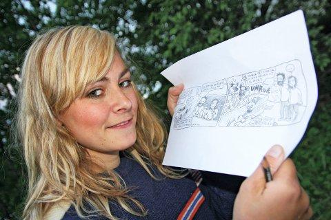 """OVERVELDET: - Jeg skjønner vel ikke helt selv at jeg får stille ut tegneseriene mine i landets beste bokhandel, sier Ida Larmo. I dag åpner utstillingen """"Tre i trappa"""" i Tronsmo bokhandel, med unge, lovende serieskapere. FOTO: JARLE FRIVOLD"""