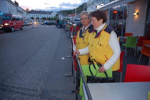 - Vi så døden i øynene, sier natteravnene Eva Nilsen og Grete Bjørkenes som satt ute ved denne restauranten da bilen i vill fart kom mot bordene.
