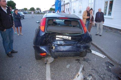 Denne bilen, som sto utenfor kiosken i Strandgata, ble truffet og flyttet flere møter.