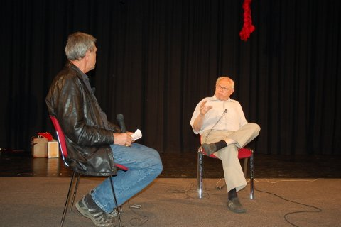 Journalist Bjørn Enes intervjuer tidsvitnet Torstein Axelsen i Risørhuset fredag.