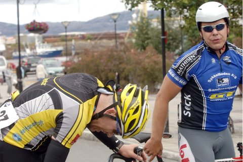 SLIT: Trond Are Rasmussen og Ottar Haldorsen var dyktig slitne etter målgangen. Nå venter Nordisk mesterskap for veteraner for Trond Are som er tatt ut for å representere Norge.