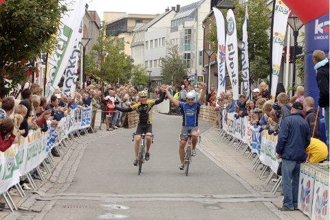 SPURTET IKKE: Trond Are Rasmussen og Ottar Haldorsen mente de hadde syklet en runde for mye og ble enige om ikke å spurte om seieren. Rasmussen ble dømt foran.