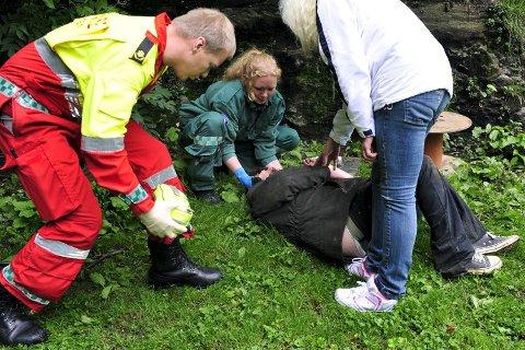 NARKOPARKEN: Her blir en mann reddet av hjelpemannskaper etter å ha satt en overdose.
