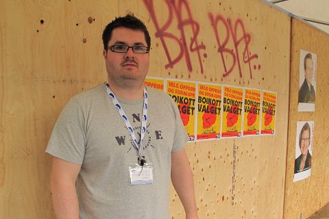 IGJEN: I august ble det hengt opp «Boikott valget»-plakater på valgbodene. Nattens hærverk er mye alvorligere, mener Dan Femoen fra Høyre.