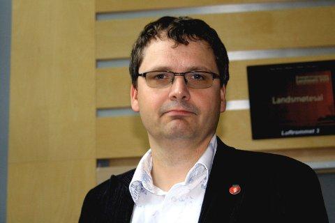 REAGERER: Torkil Åmland reagerer på at hakekors er blitt tagget på Frp sin valgbod.