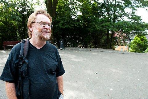 HETT: Erling Gjelsvik møtte de narkomane i Nygårdsparken lørdag, etter hans krasse angrep på rusmiljøet i lørdagens BA. Møtet ble hett.