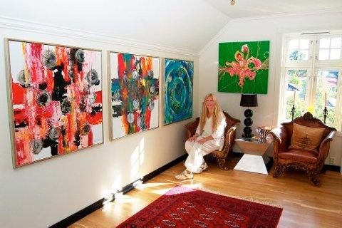 TO ETASJER: Vibeke Lillefjære har i dag 115 kvadratmeter utstillingsplass fordelt på to etasjer. Her har hun slått seg ned i en av stolene i andre etasje.