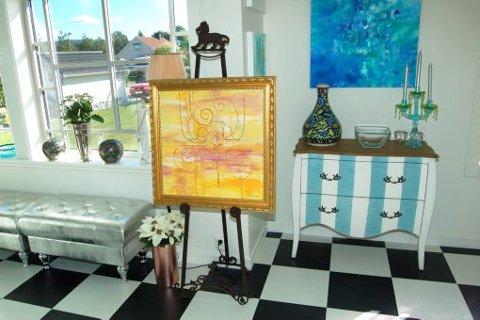 STILMIKS: Konseptet til Vibeke Lillefjære, som her ønsker velkommen i gangen, er å blande kunst og innredning for å inspirere folk i hvordan man kan møblere med bilder.