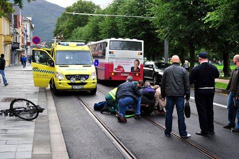 18-åringen kan ha sklidd på bybaneskinnene og havnet under bussen. Nå skal byens syklister ledes unna Kaigaten.
