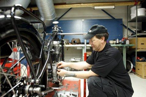HOVEDPROSJEKT: Arvid Håland i ferd med å restaurere en gammel NSU.