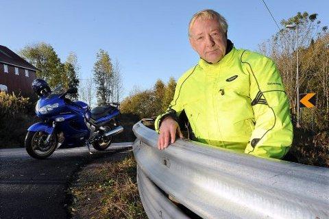 GODKJENT: Jan Petter Lyng ved Skien trafikkstasjon med underskinnene som gjør autovernet mindre farlig for motorsyklister som velter. Nå skal underskinnene, som ble montert som et prøveprosjekt på riksvei 32 mellom Skien og Siljan, monteres på flere farlige strekninger andre steder i landet.