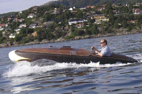 Tom Heggem er interessert i klassiske motorbåter. Her prøvekjøres speedbåten som er laget etter tegninger fra Flyer Stepped Hydroplane (12.10.2009).