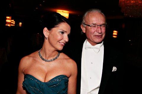 Bergen næringsråds årsmiddag: Beate Hjortland Bøe (42) og kjæresten Herman Friele (66) på vei inn på årsmiddagen (17.11.2009).