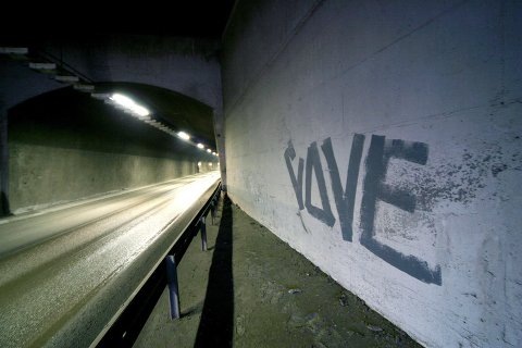 """På begge sider av Langnestunnelen har den unge mannen malt ordet """"Love"""". Nå blir han anmeldt for skadeverk."""