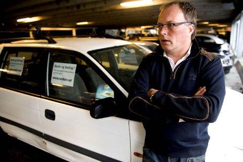 Tom Skår protesterer mot Fana Sparebank med plakater (23.11.2009).