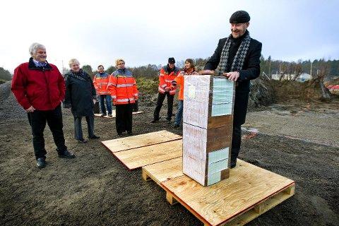 En miniatyr av tårnet satt sammen av et knippe ordførere, Ole Haabeth (t.h.) Jan Engsmyr (t.v.) og Ingrid Willoch, markerte byggestart for rasteplassen ved Solbergkrysset. (Foto: Johnny Helgesen)