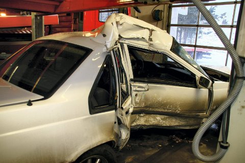 OMKOM: Slik så bilen ut etter ulykken. 22-årige Andreas Bakke omkom da sjåføren mistet kontrollen og skled inn i en stålbjelke.FOTO: DAN ÅSEN HANSEN