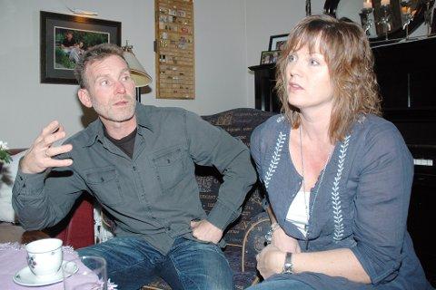 Foreldrene Unni og Håkon har hatt mange spørsmål i forbindelse med sønnens død, og er glade for at politiet har tatt ut siktelse i saken.