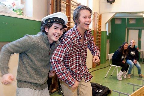 Jørgen Stensrud som kaptein Hansen og Lars-Jacob Sjaastad som matros og sjarmør om bord i «M/S Fanatic».