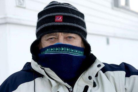 Med den såkalte Jonasmasken behørig foran nese og munn, kan Asbjørn Monsen bevege seg ute. Uten maske ville han hatt store problemer i kulden.