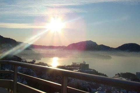 Dette bildet av Bergens luftforurensning ble tatt i Øyjorden klokken 1200 mandag 11. januar.