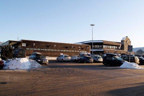 Nå kan man fritt benytte seg av parkeringsplassene på Sartor senter for å reise kollektivt til Bergen.