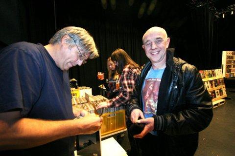 Multikunstner: Jon Larsen har gitt ut CD-er med flere av musikerne Zappa brukte både på turné og plater. Her sikrer Dave Owen seg en autograf.