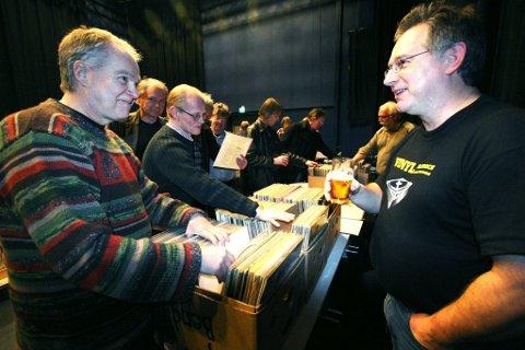 Platemesse i blåboksen: Zappa-fan Svein Bjørndalen (t.v.) beundrer samlingen til Håkon Busterud, som har Norges største samling av Zappa-plater.