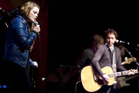 Nathalie Nordnes sang sammen med The Owens på konserten «Dugnad for Haiti» i Salem (07.02.2010).