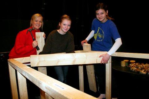 ? Vinterferie får vi ta til helga, nå må vi få opp scenen, sier Ingeborg Anette Moen, Liv Katrine Borge og Solveig Joy i Brevik barne- og ungdomsteater. Jentene ville heller være med på å bygge opp scenen, enn å ta seg vinterferie på fjellet.