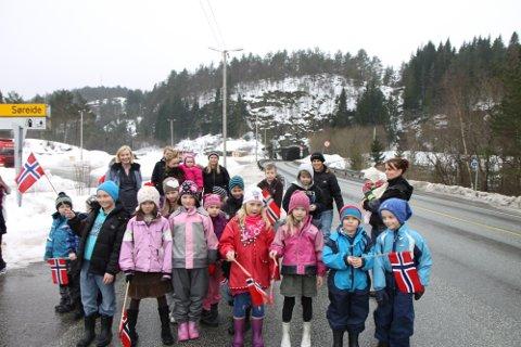 JUBLAR FOR GANGVEG: Barn og vaksne på Hundvin jublar for fylkeskommunale midlar til gangveg.