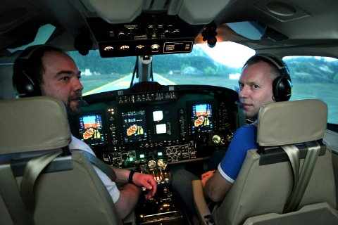 TRENING: Pilotene Morten Skåre (t.v.) og Trond Olav Olsen er blant de første som får prøve den høyteknologiske simulatoren i Norge.