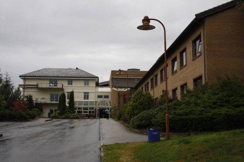 Ifølgje ein ny rapport frå Høgskolen i Hedmark vil samhandlingsreforma for helsesektoren slik den er foreslått av regjeringa, føre til auka utgifter til helsetenester på kort sikt, meir marknad i helsesektoren og nedlegging av lokalsjukehus.