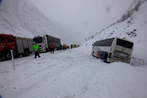 Bussen vart kasta av vegen på grunn av fonnvind etter eit ras på andre sida av dalen.