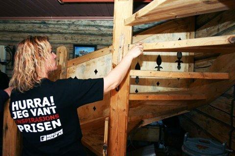 Eget design: Amalie Ree Harangen har tegnet trappa selv og fått lokale snekkere til å bygge den av rivningsmaterialer fra loftet.
