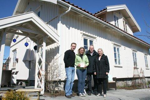 Glade prisvinnere: Morten Harangen og Amalie Ree Harangen fikk overrakt prisen fra Ingvar Vedeld og Tone Bente Bergene Holm, fra juryen.
