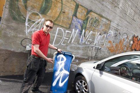 Fortvilende: Fredrik Solvang, driftsansvarlig for næringsbyggene til Albert Bøe As, kjemper en håpløs kamp mot taggingen. Sist helg ble eiendommer i Larvik sentrum igjen utsatt for vandalisme. (Foto: Erik Berge)