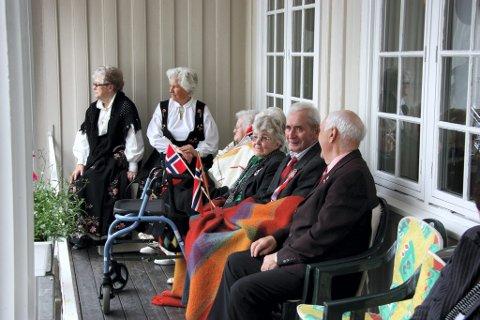 VENTER PÅ TOGET: Fra Hof aldershjem like før toget kom. FOTO: KJELL I. WÅLBERG