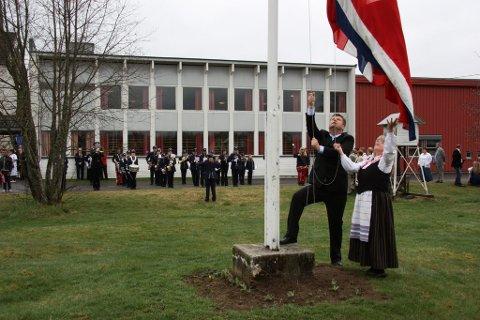 """HØYTID: Flagget heises ved Solør Montessoriskole mens Åsnes Barne- og Ungdomskorps i bakgrunnen spiller """"Ja vi elsker"""". FOTO: KJELL I. WÅLBERG"""