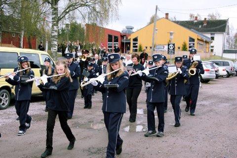 I NYE UNIFORMER: Solør Barne- og Ungdomskorps debutwerte i nye uniformer ved Solør Montessoriskole på nasjonaldagen. FOTO: KJELL I. WÅLBERG