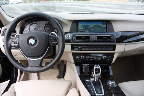 Ryddig cockpit: God ergonomi i nye BMW 5-serie. Instrumentene er vinklet mot føreren for større oversikt og sikkerhet.