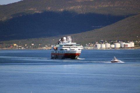 Her kommer MS Fram fra nord i Tromsøysundet, på vei sørover mot Tromsøbrua.
