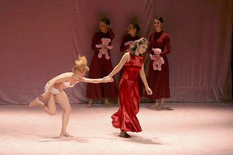 PRESTASJON: Ballettdanserne fra Russland har hatt en hard timeplan og etter å ha spilt skoleforestilling på dagen, var forestillingen de leverte fredag kveld en fysisk prestasjon.
