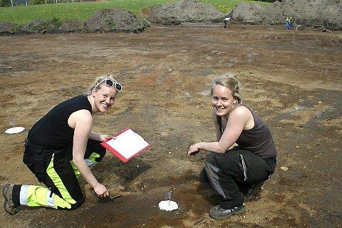 JORDBRUK: Feltlederen Lise Loku (t.v) og feltassistenten Synnøve Viken studerer restene av tidlig jordbruk.